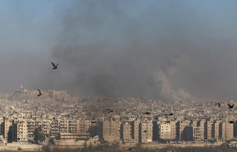 Smoke rises from a rebel-held area of Aleppo, Syria December 9, 2016. REUTERS/Abdalrhman Ismail