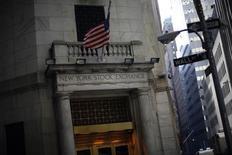 Les signaux que pourrait lancer cette semaine la Réserve fédérale concernant le rythme des hausses de taux l'an prochain font peser une menace sur l'envolée que connaissent les marchés actions américains depuis la victoire de Donald Trump. /Photo d'archives/REUTERS/Eric Thayer