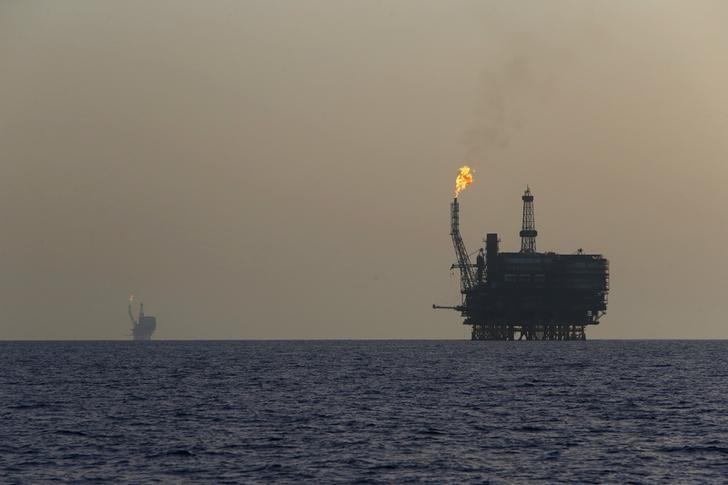 Offshore oil platforms are seen at the Bouri Oil Field off the coast of Libya August 3, 2015. REUTERS/Darrin Zammit Lupi/Files