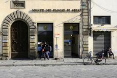 L'Etat italien est prêt à injecter des fonds dans Banca Monte dei Paschi di Siena si la banque ne parvient pas à lever auprès d'investisseurs privés les cinq milliards d'euros de capitaux frais dont elle a besoin pour rester en activité. /Photo d'archives/REUTERS/Tony Gentile
