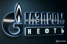 Логотип Газпромнефти в офисе компании в Ханты-Мансийске 28 января 2016 года. Газпромнефть приостановит добычу на арктическом шельфовом месторождении Приразломное на 90 дней в 2017 году для проведения регулярных работ по техническому обслуживанию действующего на платформе оборудования, сообщила пресс-служба нефтяного крыла Газпрома в понедельник. REUTERS/Sergei Karpukhin/File Photo