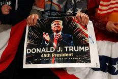 Un partidario del presidente electo de Estados Unidos, Donald Trump, sostiene un cartel en un evento en Des Moines en Iowa. 8 de diciembre de 2016. La Reserva Federal de Estados Unidos entrará a la 'era Trump' esta semana con un aumento de tasas de interés casi seguro, pero nuevas previsiones económicas ofrecerán una primera valoración  del efecto que tuvo el resultado de las elecciones en su panorama para el crecimiento y la inflación. REUTERS/Shannon Stapleton