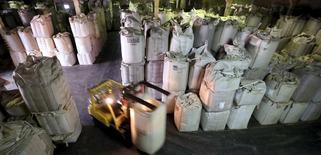 Un operario transporta sacos de 1 tonelada de granos de café para exportación en una bodega en el puerto de Santos en Brasil. 10 de diciembre de 2015.  Las exportaciones de América Latina y el Caribe se contraerían un 6 por ciento en 2016, una baja menor a la del año previo debido a una leve recuperación de los precios internacionales de las principales materias primas que produce la región, dijo el BID en un informe el lunes. REUTERS/Paulo Whitaker