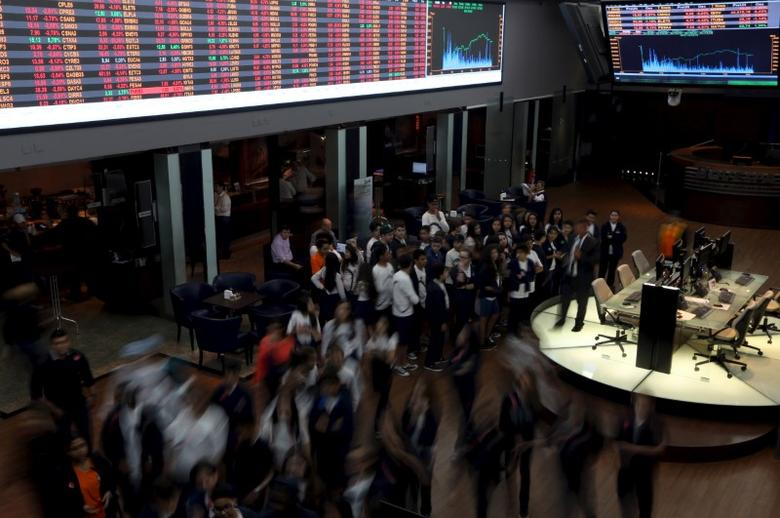 Students visit the floor of Brazil's BM&F Bovespa Stock Market in Sao Paulo August 24, 2015. REUTERS/Paulo Whitaker