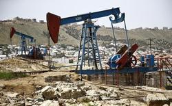 Станки-качалки в Баку 16 июня 2015 года. Цены на нефть стабильны во вторник благодаря росту спроса в Азии и признакам того, что глобальное соглашение о сокращении добычи претворяется в жизнь. REUTERS/Kai Pfaffenbach