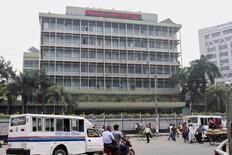Здание ЦБ Бангладеш в Дакке. Некоторые сотрудники центробанка Бангладеш намеренно подвергли угрозе компьютерные системы регулятора и позволили хакерам украсть $81 миллион с его счетов в Федеральном резервном банке Нью-Йорка в феврале, сообщил Рейтер в понедельник один из ведущих представителей следствия в столице страны Дакке. REUTERS/Ashikur Rahman/File Photo