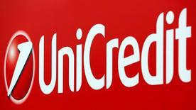 El mayor banco italiano, UniCredit, anunció el martes un plan para captar 13.000 millones de euros en la mayor ampliación de capital del país, para equilibrar su balance y distanciarse de la amplia crisis bancaria italiana. En la imagen, un cartel de Unicredit en el centro de Milán el 23 de mayo de 2016. REUTERS/Stefano Rellandini/File Photo