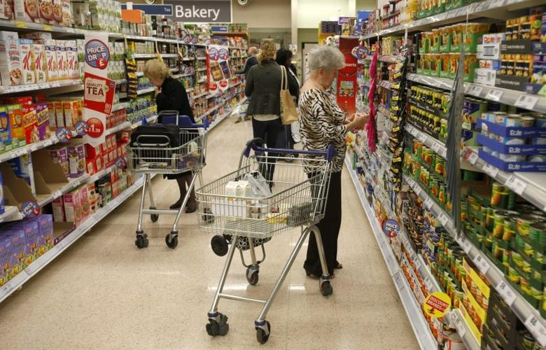 Customers shop for groceries in a supermarket in London October 18, 2011. Inflation in Britain hit a three-year high in September driven by soaring gas and electricity bills, further eroding living standards and piling more pressure on the government to help struggling consumers.   REUTERS/Neil Hall