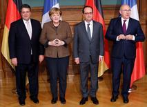 Francia y Alemania dijeron el martes que planeaban establecer un fondo de 1.000 millones de euros para apoyar empresas 'start-ups' en un intento de impulsar la economía digital en Europa y ayudarla a reducir la brecha con Estados Unidos. En la imagen (I-D), el ministro de Economía alemán, Sigmar Gabriel, la canciller alemana, Angela Merkel, el presidente francés, François Hollande, y el ministro del Interior francés, Michel Sapin, posan para una foto en una cumbre digitial en Berlín, el 13 de diciembre de 2016.  REUTERS/Fabrizio Bensch