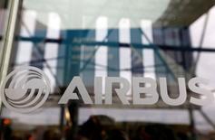 Airbus, plus forte hausse du CAC 40, a avancé de 3,97% à 62,85 euros. Le directeur général d'Iran Air, cité mardi par l'agence de presse Tansim, a annoncé qu'Airbus et la compagnie aérienne iranienne finaliseront un contrat portant sur l'achat d'avions d'ici deux semaines. /Photo prise le 24 novembre 2016/REUTERS/Régis Duvignau