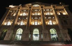 La Bourse de Milan. Les Bourses européennes ont terminé nettement en hausse mardi, Milan (+2,49%) se distinguant particulièrement grâce aux performances des actions Mediaset et UniCredit. Le CAC 40 a terminé en hausse de 0,91%, le Footsie a pris 1,13% et le Dax 0,84%. /Photo d'archives/REUTERS/Stefano Rellandini