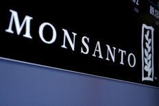 Les actionnaires de Monsanto ont approuvé mardi par un vote le rachat du spécialiste américain des semences par le géant allemand de la pharmacie et de l'agrochimie Bayer. /Photo d'archives/REUTERS/Brendan McDermid