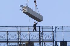 En la foto de archivo, un trabajador en una obra de construcción en Tokio el 15 de diciembre de 2014. La confianza de los grandes fabricantes japoneses mejoró por primera vez en seis trimestres en los tres meses a diciembre, y alcanzó un máximo en un año, reveló una encuesta del banco central.REUTERS/Yuya Shino