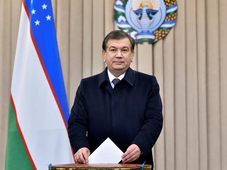 Uzbekistan's Prime Minister and interim President Shavkat Mirziyoyev casts his ballot at a polling station during a presidential election in Tashkent, Uzbekistan, December 4, 2016. REUTERS/Anvar Ilyasov/Pool