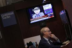 Трейдер Нью-йоркской фондовой биржи слушает пресс-конференцию главы ФРС 14 декабря 2016 года. REUTERS/Lucas Jackson