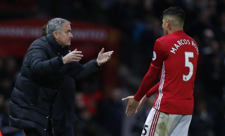 Football Soccer Britain - Manchester United v Tottenham Hotspur - Premier League - Old Trafford - 11/12/16 Manchester United manager Jose Mourinho speaks with Marcos Rojo  Reuters / Andrew Yates Livepic