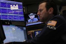 Трейдер на Уолл-стрит. Фондовые рынки США снизились до минимума двух месяцев в среду после того, как Федрезерв повысил ключевую ставку на четверть процентного пункта и указал на ускорение повышения стоимости заемных средств в 2017 году.   REUTERS/Lucas Jackson