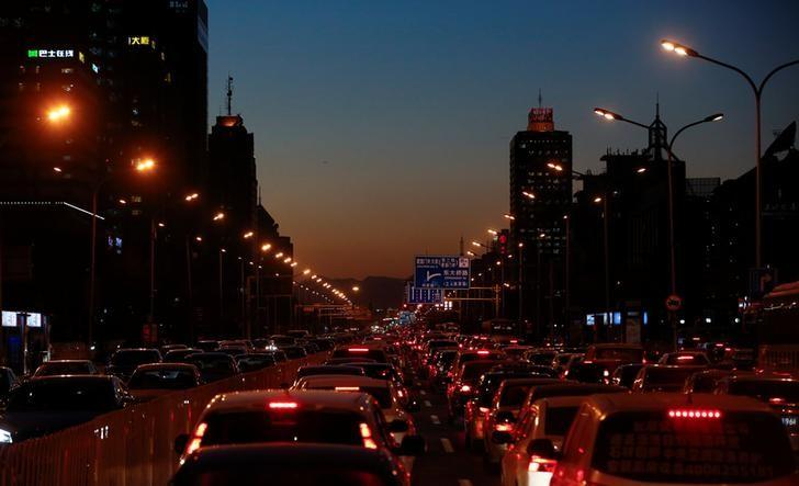 Cars stand bumper to bumper in the evening rush hour traffic jam in central Beijing, China, December 8, 2016.   REUTERS/Thomas Peter
