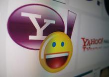 Le titre Yahoo recule fortement jeudi à la Bourse de New York, après l'annonce la veille d'un nouveau piratage massif de ses systèmes. Le groupe, censé vendre le coeur de ses activités à l'opérateur Verizon Communications, a révélé mercredi que des données associées à plus d'un milliard de comptes de ses utilisateurs avaient été mis en péril en août 2013, ce qui en fait le plus important piratage informatique de l'histoire. /Photo d'archives/REUTERS/Mike Blake