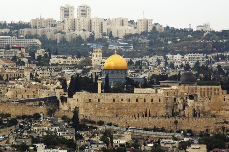 A general view of Jerusalem's old city shows the Dome of the Rock in the compound known to Muslims as Noble Sanctuary and to Jews as Temple Mount, October 25, 2015. REUTERS/Amir Cohen