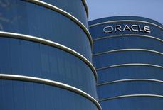 Логотип Oracle на здании компании в Редвуд-Сити, Калифорния 15 июня 2015 года. Скорректированная выручка американского производителя корпоративного программного обеспечения Oracle не оправдала ожиданий аналитиков в седьмой раз за последние восемь кварталов, указывая, что переключение фокуса на облачные технологии идет дольше, чем ожидала Уолл-стрит.  REUTERS/Robert Galbraith/File Photo
