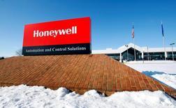 Le groupe aéronautique américain Honeywell International a annoncé vendredi que ses résultats 2017 seraient inférieurs aux estimations actuelles des analystes financiers. L'action Honeywell chutait de plus de 6% dans les transactions en avant-Bourse. /Photo d'archives/REUTERS/Eric Miller