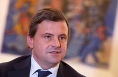 Le ministre de l'Industrie italien Carlo Calenda a fait savoir vendredi au président du directoire de Vivendi Arnaud de Puyfontaine qu'il n'appréciait guère la montée hostile du groupe français au capital de Mediaset. /Photo prise le 25 novembre 2016/REUTERS/Tony Gentile