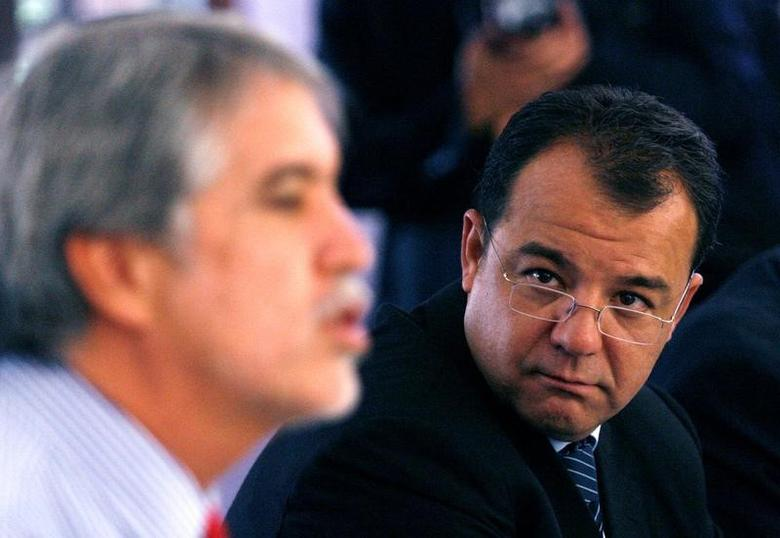 FILE PHOTO - Brazilian Governor Sergio Cabral of Rio de Janeiro (R) listens to former Bogota Mayor Enrique Penalosa during a meeting in Bogota, Colombia, March 23, 2007. REUTERS/Daniel Munoz/File photo