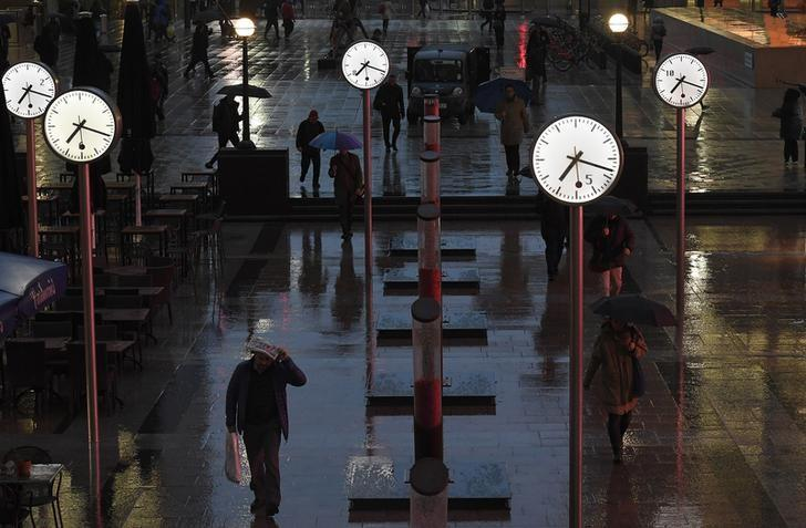 Workers walk during the morning rush hour in the Canary Wharf business district of London, Britain, November 9, 2016. REUTERS/Toby Melville