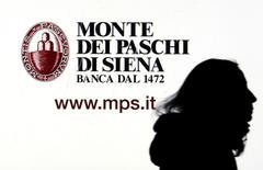 Banca Monte dei Paschi di Siena a annoncé dimanche qu'elle allait proposer de nouveaux titres par action entre lundi et jeudi dans le cadre de ses efforts pour lever cinq milliards de capitaux frais cette année et éviter de recourir à un plan de sauvetage de l'Etat. /Photo d'archives/REUTERS/Stefano Rellandini