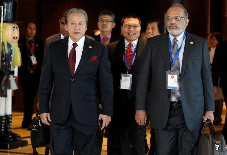 Malaysia Foreign Minister Anifah Aman (L)  arrives to attend ASEAN Foreign Minister Meeting for Rohingya issue in Sedona hotel at Yangon, Myanmar December 19, 2016. REUTERS/Soe Zeya Tun
