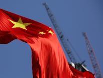El mercado inmobiliario chino se enfrió aún más en noviembre, cuando el alza de los precios promedio de las casas nuevas en las 70 ciudades principales del país se ralentizó frente a  octubre, tras una serie de medidas del Gobierno que parecieron desalentar la demanda especulativa. En la imagen, una bandera china en un sitio en construcción en Pekín en enero de 2016. REUTERS/Kim Kyung-Hoon
