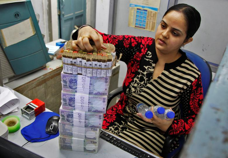 A cashier stacks Indian currency notes inside a bank in Chandigarh, November 19, 2016. REUTERS/Ajay Verma/Files