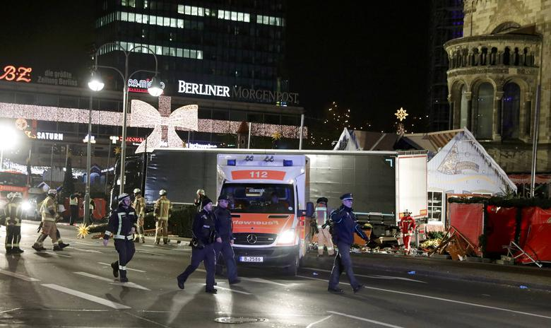 Police stand guard near a Christmas market in Berlin, Germany, December 19, 2016 after a truck ploughed into the crowded Christmas market in the German capital. REUTERS/Pawel Kopczynski