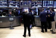 Трейдеры на торгах фондовой биржи в Нью-Йорке 16 декабря 2016 года. Акции США замедлили рост в понедельник после того, как более 10 человек погибли в Германии, где грузовик протаранил толпу на рождественской ярмарке. REUTERS/Brendan McDermid
