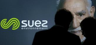 Suez, en tête du SBF 120, progresse de 4,63% à 14 euros vers 12h44. Selon BFM, la directrice générale d'ENGIE réfléchit à l'opportunité de reprendre le contrôle total de SUEZ. /Photo d'archives/REUTERS/Christian Hartmann