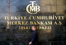 Мужчина выходит из здания ЦБ Турции в Анкаре. 19 апреля 2015 года. Центральный банк Турции сохранил ставки на прежнем уровне во вторник вопреки ожиданиям аналитиков, поскольку слабость лиры отошла на второй план на фоне стремления турецкого лидера Тайипа Эрдогана понизить стоимость кредитования. REUTERS/Umit Bektas