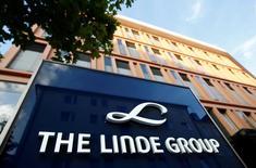 Le groupe allemand de gaz industriels Linde et son concurrent américain Praxair ont annoncé mardi avoir trouvé un accord sur le principe d'une fusion entre égaux. Selon les termes de l'accord, les actionnaires des deux groupes détiendraient chacun 50% des parts de la nouvelle entité, valorisée 65 milliards de dollars (62,2 milliards d'euros). /Photo d' archives/REUTERS/Michaela Rehle