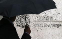Le CAC 40 a pris 0,56% (27,12 points) à 4.849,89 points. À Francfort, le Dax a avancé de 0,33% et à Londres, le FTSE a progressé de 0,38%. /Photo d'archives/REUTERS/Suzanne Plunkett