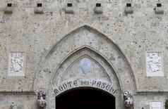 Banca Monte dei Paschi di Siena a pour l'instant levé environ 500 millions d'euros dans le cadre d'un plan volontaire de conversion de dette en actions, a déclaré mardi une source à Reuters. /Photo d'archives/REUTERS/Max Rossi