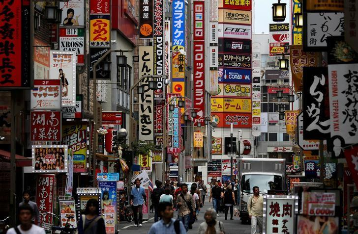 People walk through a street in Tokyo's Shinjuku district, Japan, September 29, 2016.  REUTERS/Toru Hanai/File Photo