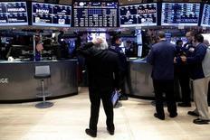 Трейдеры на фондовой бирже в Нью-Йорке. 16 декабря 2016 года. Американские фондовые индексы Dow и Nasdaq Composite обновили рекордные максимумы во вторник благодаря ралли, вызванному оптимизмом относительно политики избранного президента Дональда Трампа. REUTERS/Brendan McDermid