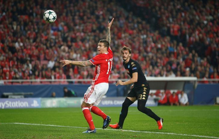 Football Soccer - Benfica v Napoli - UEFA Champions League group stage - Group B - Luz stadium, Lisbon, Portugal - 6/12/16 - Benfica's Victor Lindelof in action against Napoli's Manolo Gabbiadini. REUTERS/Rafael Marchante