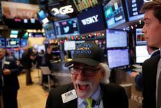 Трейдеры на Уолл-стрит. Фондовые индексы США завершили сессию среды в минусе, при этом секторы здравоохранения и недвижимости ослабли на следующий день после того, как Nasdaq Composite и Dow Jones Industrial Average достигли рекордных максимумов.  REUTERS/Andrew Kelly