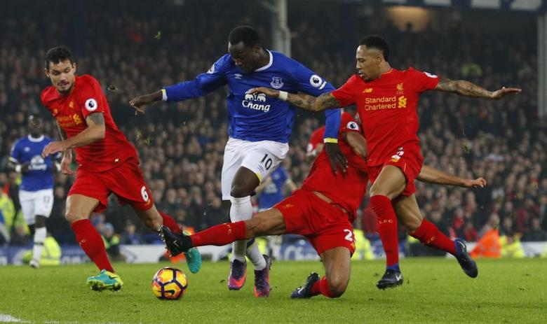 Britain Football Soccer - Everton v Liverpool - Premier League - Goodison Park - 19/12/16 Everton's Romelu Lukaku in action with Liverpool's Nathaniel Clyne  Reuters / Phil Noble Livepic