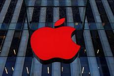 Логотип Apple над входом в магазин компании в Нью-Йорке. Nokia Corp сообщила в среду, что подала ряд исков против Apple Inc за нарушение 32 патентов на технологии, ответив на поданный днём ранее иск производителя iPhone против бывшего лидера индустрии мобильных телефонов.     REUTERS/Brendan McDermid