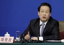 Xiang Junbo, presidente de CIRC, responde a una pregunta en una conferencia de prensa en Pekín, China. 12 de marzo 2016. El regulador de seguros de China está haciendo que sea mucho más difícil que las aseguradoras obtengan nuevas licencias, ya que busca reducir los riesgos de las prácticas agresivas de inversión de algunos operadores, dijeron tres personas con conocimiento del asunto. REUTERS/Jason Lee