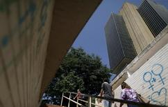 La sede del Banco Central de Brasil en Brasilia, dic 9, 2015. El Banco Central de Brasil redujo su estimación de crecimiento económico de 2017 y estima que la inflación permanecerá baja en los próximos dos años, señalando que está listo para intensificar el alivio monetario, con el fin de sacar a la economía de su recesión.   REUTERS/Ueslei Marcelino