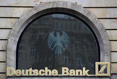 Deutsche Bank dijo que pagaría 7.200 millones de dólares al Departamento de Justicia de Estados Unidos, en relación con su emisión y suscripción de valores respaldados por hipotecas residenciales y otras actividades desde 2005 a 2007. En la imagen, el logo de Deutsche Bank en Fráncfort, Alemania, el 30 de septiembre de 2016. REUTERS/Kai Pfaffenbach