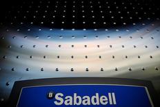 Banco Sabadell tiene previsto cerrar en torno a 250 oficinas en 2017 como parte de los esfuerzos de la banca española por reducir sus redes de sucursales, dijo una fuente del banco, confirmando parcialmente una información publicada en el diario Expansión. En la imagen, el logo de Sabadell en una sucursal en Madrid el 18 de abril de 2016. REUTERS/Susana Vera